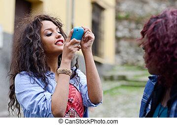 cellphone, images, prendre, filles, jeune, par, eux-mêmes, heureux