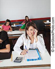 cellphone, jugendlich, schreibende, während, buero, schoolgirl, gebrauchend
