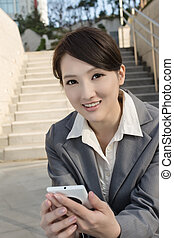 cellphone, kobieta, city., handlowy, pozować, nowoczesny, zewnątrz, asian, używając, uśmiechanie się, schody