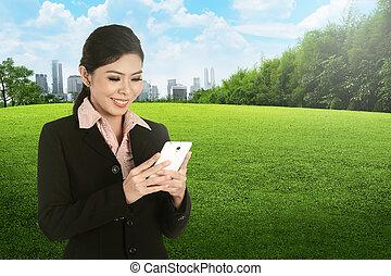 cellphone, kobieta handlowa, asian, używając, uśmiechanie się