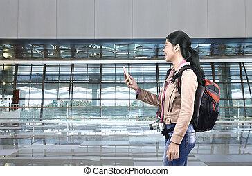 cellphone, kobieta, turysta, plecak, asian, używając, uśmiechanie się
