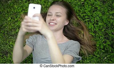 cellphone, meisje, groene weide, het liggen