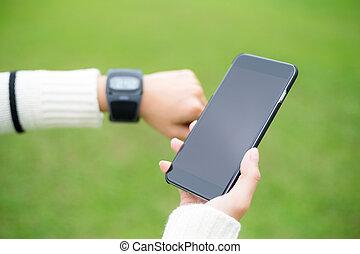cellphone, mulher, sobre, relógio, experiência verde, wearable