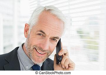cellphone, nahaufnahme, fällig, geschäftsmann, gebrauchend, lächeln