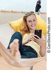 cellphone, odprężony, kobieta, hamak