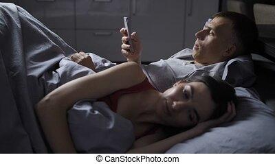 cellphone, réveille, épouse, nerveux, quand, haut, peaux, homme