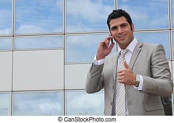 cellphone, udzielanie, wykonawca, do góry, zewnątrz, kciuki, używając