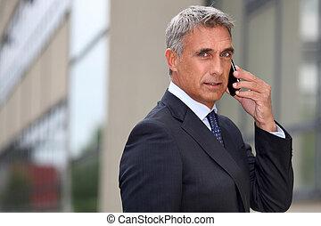 cellphone, zewnątrz, biznesmen, dojrzały, używając