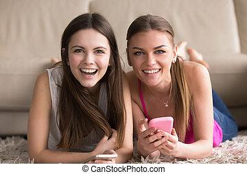 cellphones, dwa, młody, online, zabawa, posiadanie, kobiety