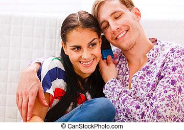 cellule, couple, heureux, jeune, parler, téléphone, ensemble