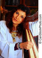 celta, mulher, jovem, traje, histórico, tocando, harpa