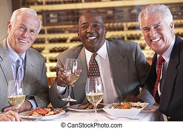 cena, amigos, teniendo, juntos, restaurante