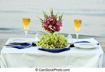 cena romántica, en, el, mar, playa, con, velas, y, vino