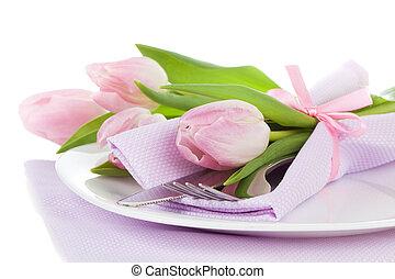 cena romantica, /, montaggio tavola, con, rose, tulips, e, coltelleria, su, uno, bianco, fondo., copia, space.