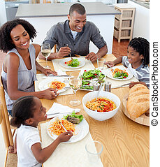 cenando, sorridente, insieme, famiglia