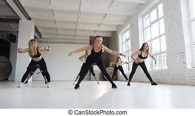 center., formation, groupe, aérobic, gym., athlétique, séances, filles, mi, haut, exécuter, étape, chaud, cinq, adulte, femme, instructeur aptitude, athlètes, femmes