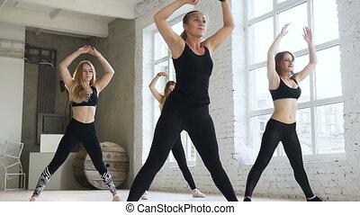center., séances, groupe, crise, gym., athlétique, chaud, séance entraînement, six, filles, formation, haut, exécuter, étape, fitness, aerobics., femmes