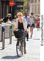 center., ville, femme, équitation bicyclette