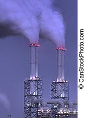 central eléctrica, chimeneas, por la noche
