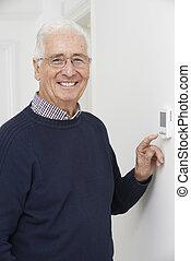 central, termostato, ajuste, calefacción, sonriente, hombre mayor