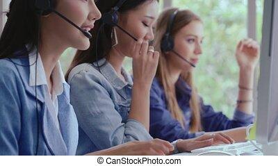 centre, agent, ou, soutien, casque à écouteurs, téléphone., conversation, client, appeler