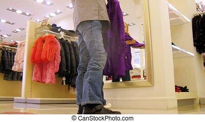 centre commercial, filles, deux, essayer, miroir, devant, vêtements