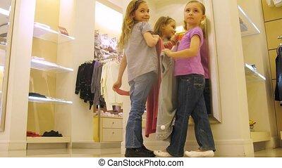 centre commercial, filles, essayer, miroir, devant, vêtements