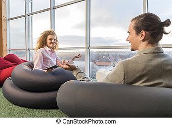 centre, gens bureau, couple, moderne, businesspeople, mélange, coworking, course, lieu travail, collègues, réunion