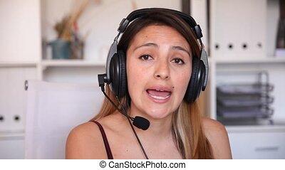 centre, jeune, écouteurs, fonctionnement, opérateur, femme, appeler, bureau, moderne