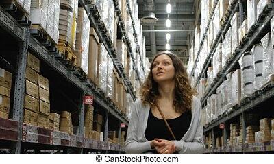centre, marchandises, achats, 4k., jeune regarder, entrepôt, girl