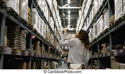 centre, marchandises, achats, 4k., regarder, entrepôt, girl