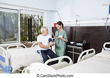centre, pression, vérification, rehab, sanguine, infirmière, homme aîné
