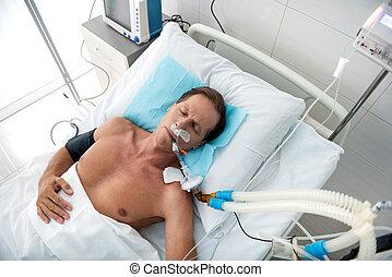 centro envejecido, hombre, en, respiración, máquina, sueño, en, cama del hospital, después, cirugía