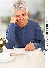 centro envejecido, hombre, yendo, por, clasificado, en, periódico