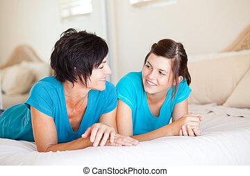 centro envejecido, madre, y, adolescente, hija, charlar