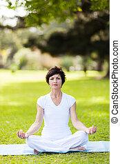 centro envejecido, mujer, hacer, yoga, meditación