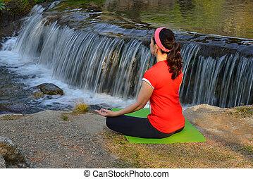 centro envejecido, mujer, practicar, yoga, meditación, al aire libre