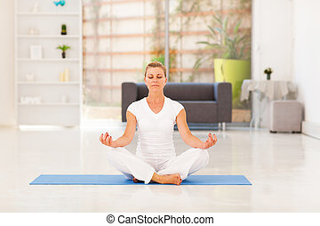 centro envejecido, mujer, yoga, meditación