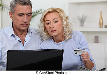 centro envejecido, pareja, compras, online.