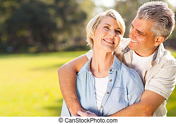 centro envejecido, pareja que se abraza, aire libre