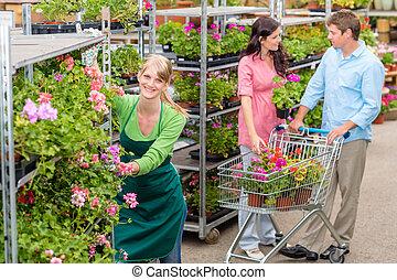 centro jardim, trabalhador, empurrar, flor, prateleiras