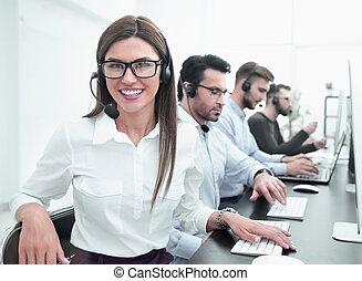 centrum, kantoor, moderne, roepen, werknemer, het glimlachen, werken