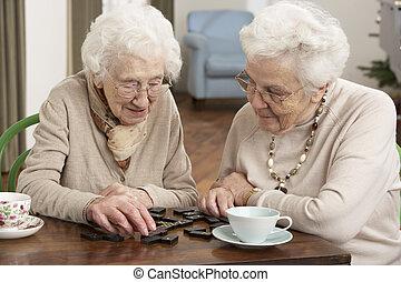 centrum, twee, het spelen domino's, seniore vrouwen, dag...