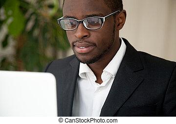 ceo, laptop, ne, patrząc, amerykanka, ogniskowany, afrykanin, czytanie, ekran