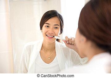 cepillado, mujer, ella, felizmente, joven, diente, asiático, dientes