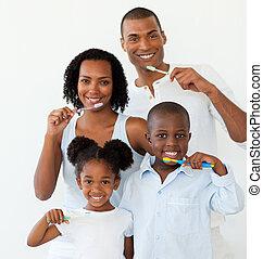 cepillado, su, afroamericano, familia , dientes