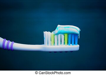 cepillo de dientes, pasta dentífrica, fondo verde