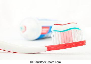 cepillo de dientes, pasta dentífrica, rojo