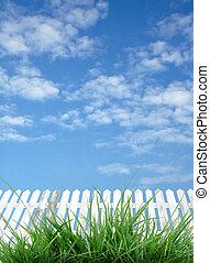cerca branca, azul, céu