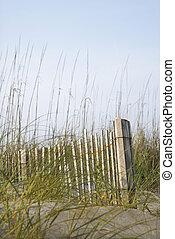 cerca de madera, en, playa.